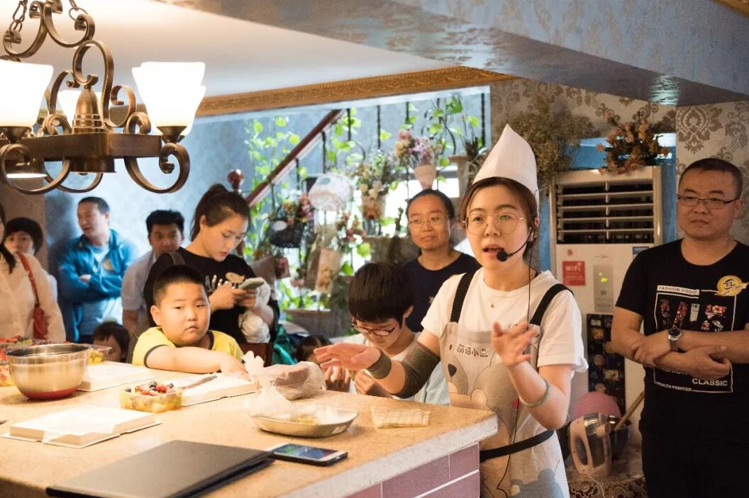 """生活比蜜甜——庆""""六一"""",公司举办亲子烘焙活动"""